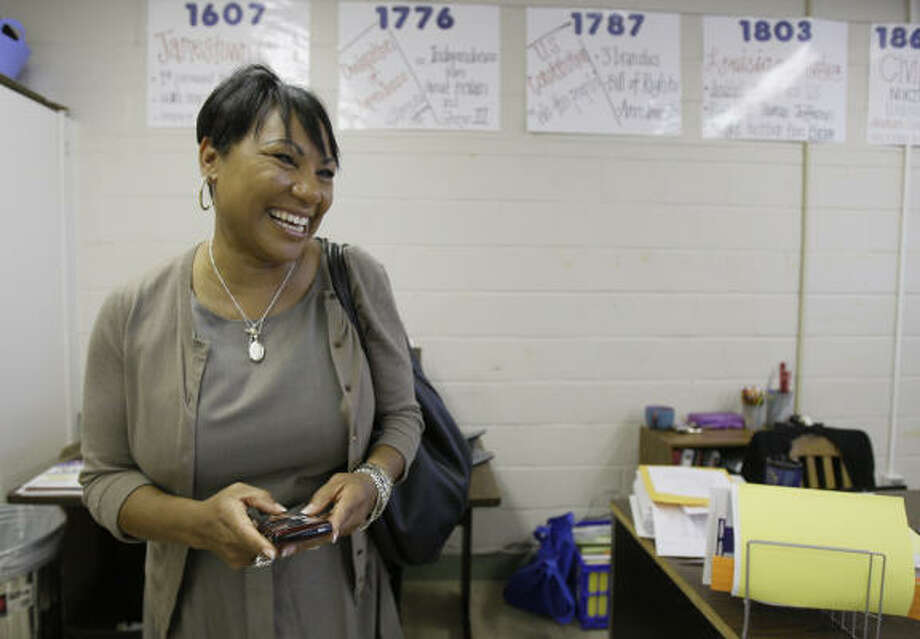 Cynthia Wilson, an HISD regional superintendent, explains Twittering to a class at Fonville Middle School. Photo: Melissa Phillip, Chronicle