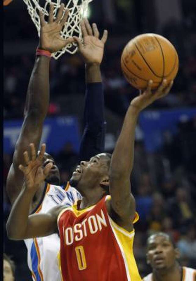 Rockets guard Aaron Brooks shoots as Oklahoma City Thunder forward Jeff Green defends. Photo: Sue Ogrocki, AP