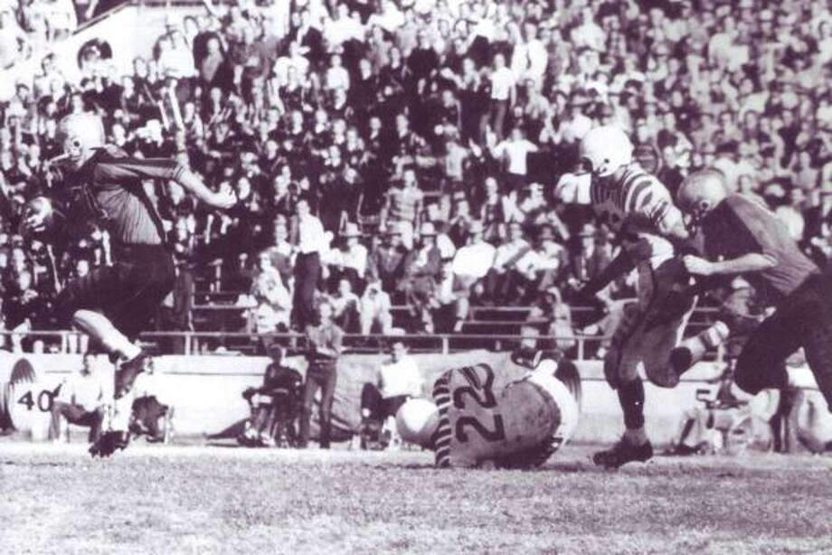Abilene's Jimmy Carpenter scores on a 94-yard touchdown run in the 1956 state title game at Memorial Stadium in Austin. Photo: Abilene Reporter News File