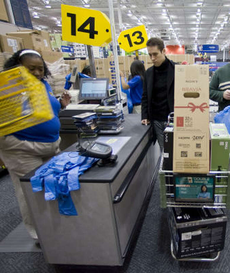 Shopper Burak Ozturk pays for merchandise at the Best Buy store near the Galleria on Friday. Crowds were reported larger this year over 2008, but retailers don't know yet how many of those customers were buying. Photo: James Nielsen, Chronicle