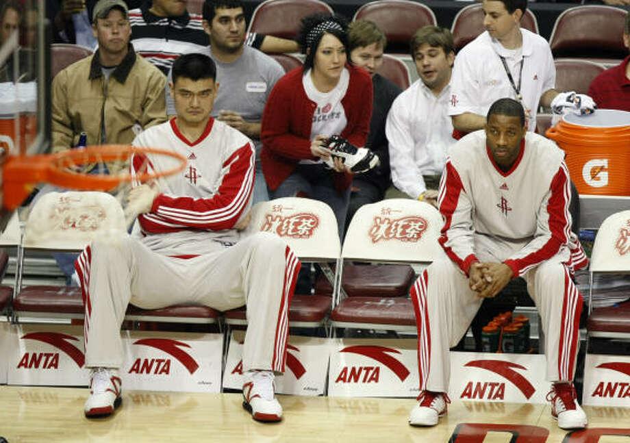 Yao Ming (izq.) y Tracy McGrady han tenido una temporada irregular, en gran parte debido a las lesiones que afectaron su rendimiento. Photo: Brett Coomer, Chronicle