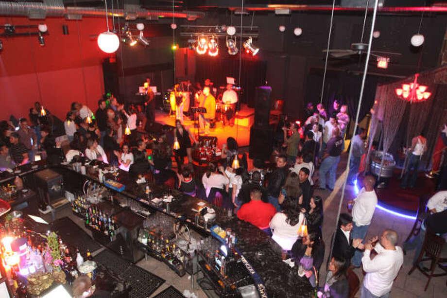 Varios DJs invitados caldean el ambiente. Photo: Bill Olive, Para La Voz