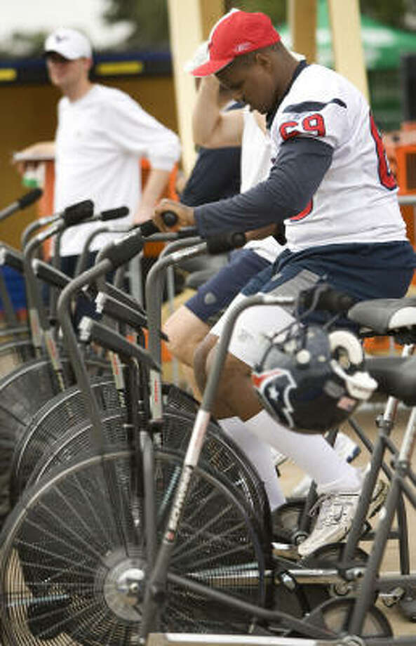 Texans guard Chester Pitts rides a stationary bicycle during Sunday's morning session. Photo: Brett Coomer, Chronicle