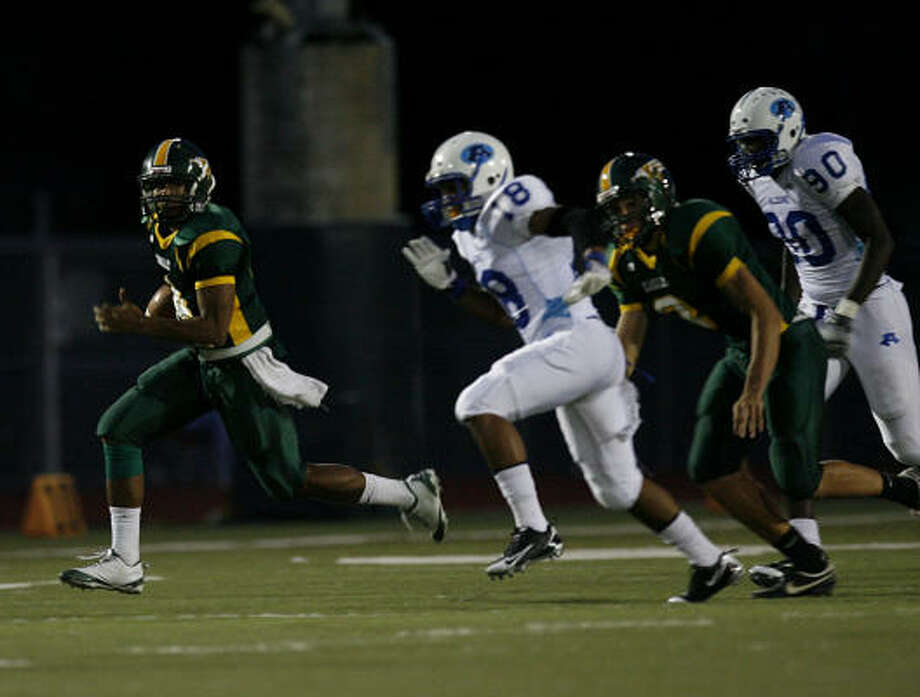 Klein Forest quarterback Matt Davis breaks away from Aldine defenders in the first quarter to score on run of more than 40 yards. Photo: Johnny Hanson, Chronicle