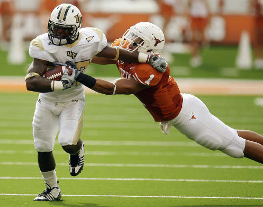 Texas sophomore linebacker Keenan Robinson has helped erase any doubts about the linebacker position. Photo: Stephen M. Dowell, MCT