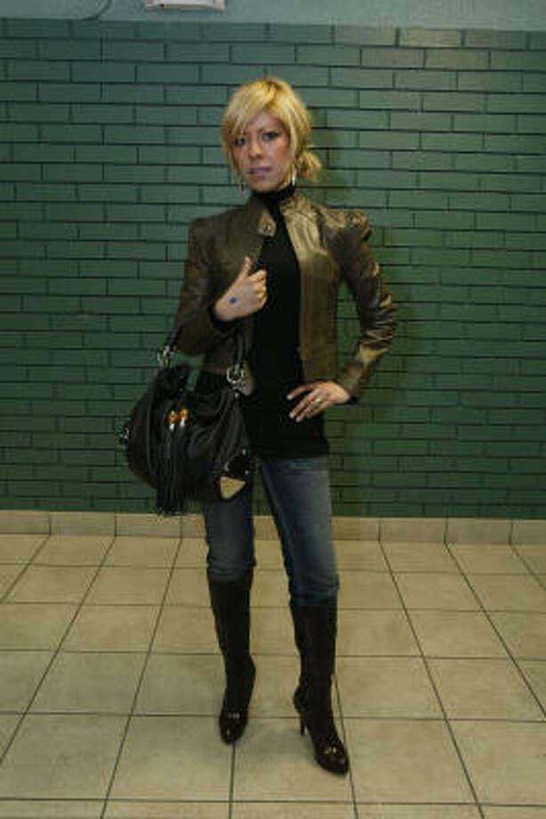 Chamarra de Gregory's (1,000 dólares), bolso de Gucci (1,300 dólares), blusa de Gregory's (100 dólares), jeans de Gregory´s (300 dólares) y botas de Gregory´s (1,300 dólares). TOTAL: 4,000   dólares. Photo: Julio Cortez, La Vibra