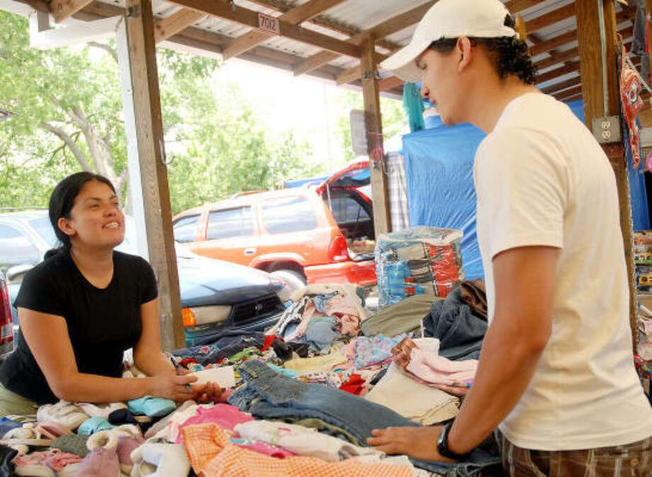 Lilly Sánchez es una de las vendedoras de ropa de la pulga de Sunny Flea Market, donde, según el gerente del mercado, ha aumentado la venta de artículos usados. Photo: Dave Rossman, Para La Voz