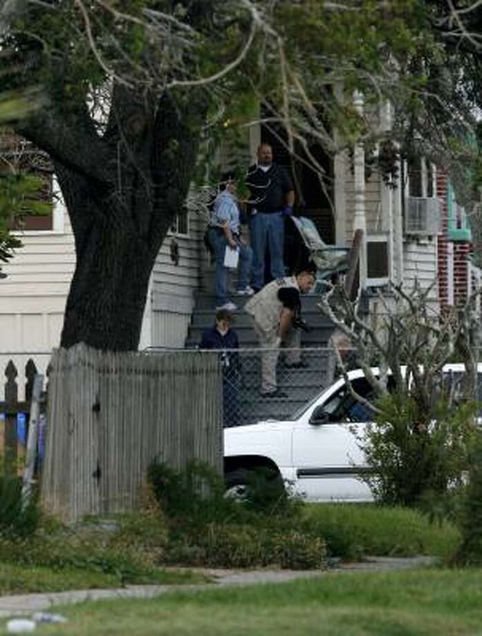 Galveston police detectives investigate the scene of the deadly shooting. When they entered the home, they discovered that the shooter had been dead since the night before. Photo: Jennifer Reynolds, Galveston Daily News/AP