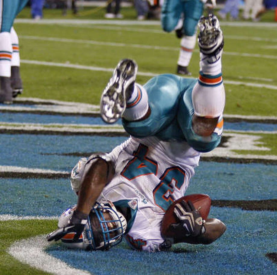 Dolphins running back Ricky Williams scores his first touchdown against the Panthers during second quarter. Photo: Joe Rimkus Jr., MCT