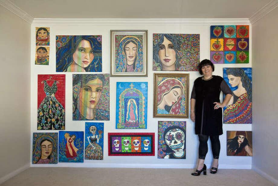 La pintora Laura López Cano posa frente a una serie de obras que ilustran la predominancia de la presencia femenina en la cultura hispana, las cuales serán expuestas a partir del 14 de febrero en Casa Ramírez. Photo: Todd Spoth, Para La Voz