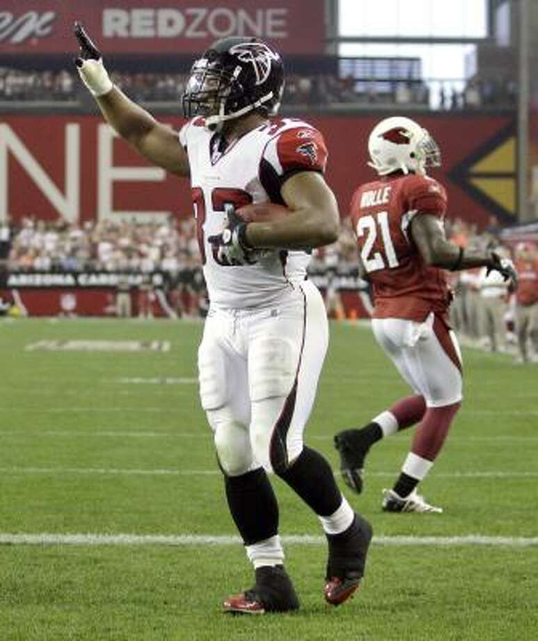 Falcons running back Michael Turner celebrates a touchdown. Photo: Paul Connors, AP