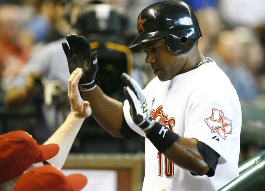 After a seven-minute delay, Astros shortstop Miguel Tejada was granted a solo home run in the first inning. Photo: Nick De La Torre, Chronicle