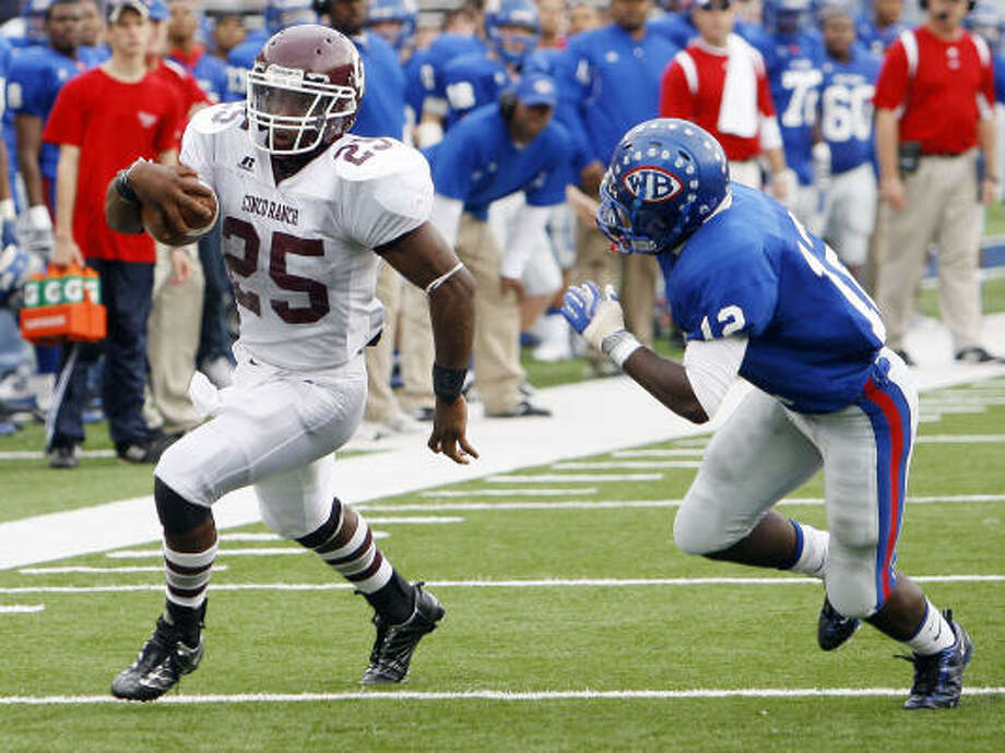 Cinco Ranch running back K.C. Nlemchi rushed 245 yards and three touchdowns in the Cougars' 49-26 win. Photo: Bob Levey, For The Chronicle