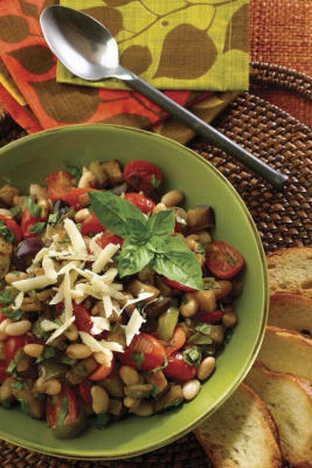 Ratatouillede queso asiago, berenjena y tomate. Photo: Family Features