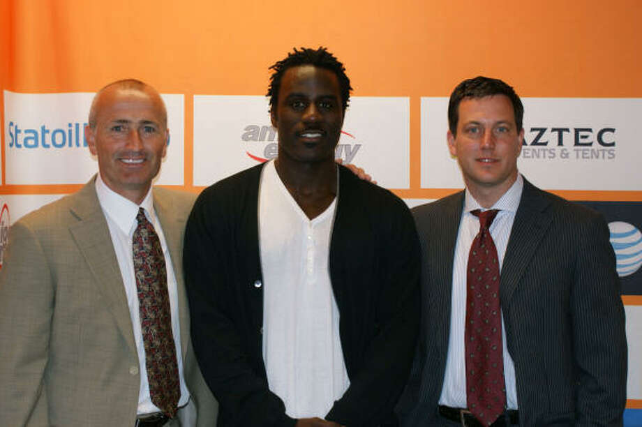 From left, Dynamo coach Dominic Kinnear, Dynamo forward Ade Akinbiyi and Dynamo COO Chris Canetti. Credit: Houston Dynamo. Photo: ALL