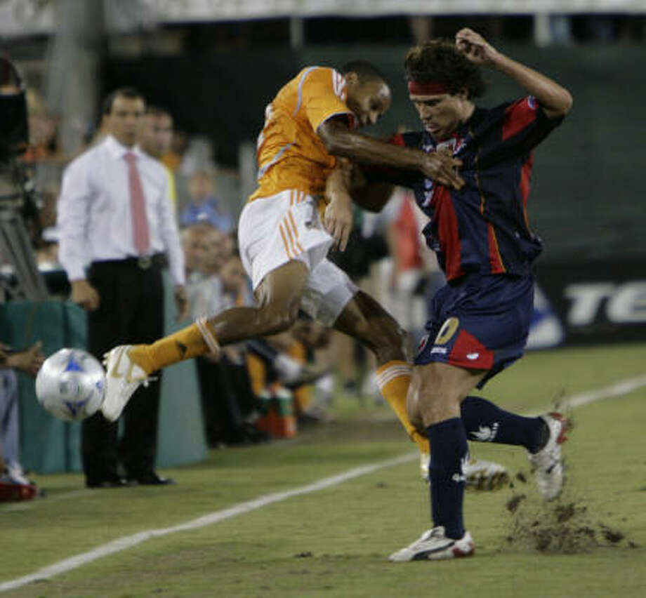 Competition was fierce when the Dynamo's Ricardo Clark, left, and Atlante's Gabriel Pereyra first met in last year's 4-0 win by the Dynamo. Tonight should be no different. Photo: Julio Cortez, Houston Chronicle