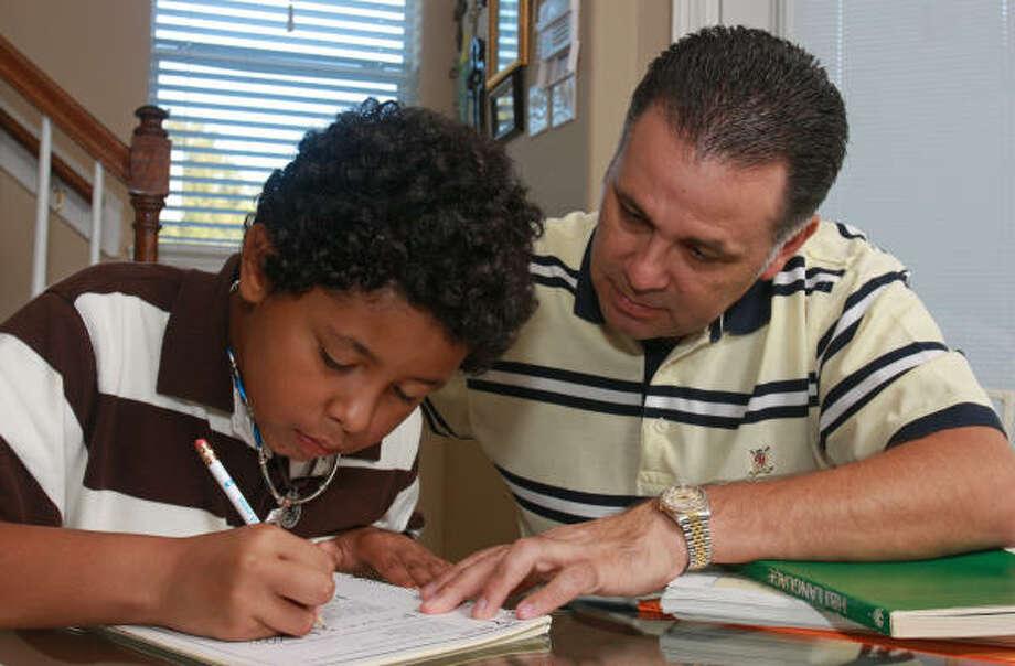 Alberto Calderón pone parte de su tiempo en ser mentor de Isaiah Robinson, a quien conoció a través de la organización Big Brothers Big Sisters. Photo: Gary Fountain, Para La Voz
