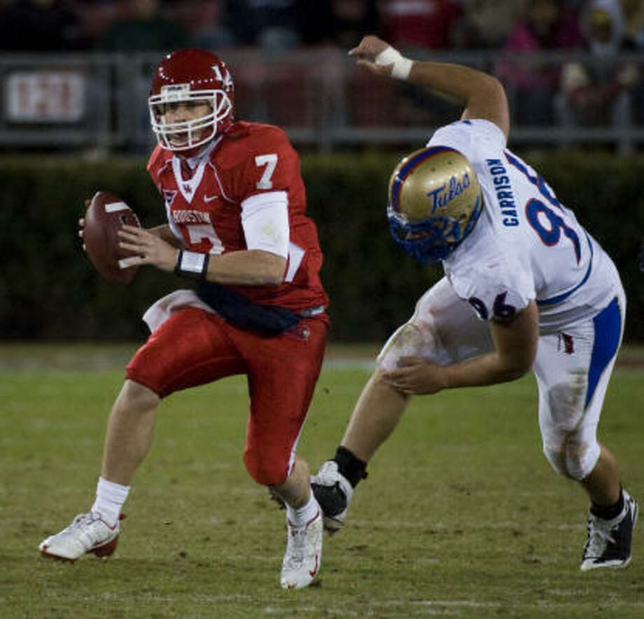 Houston quarterback Case Keenum set four school records last season, but coaches say he can play better. Photo: Smiley N. Pool, Houston Chronicle