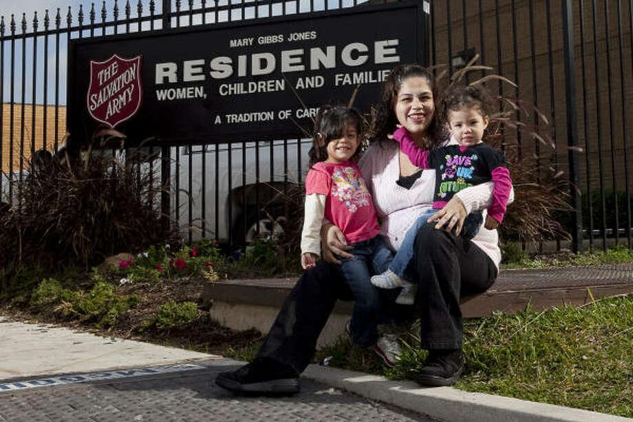 Erica Almaguer y sus dos hijas han recibido ayuda en el albergue de familias del Salvation Army. Photo: Nathan Lindstrom, Para La Voz