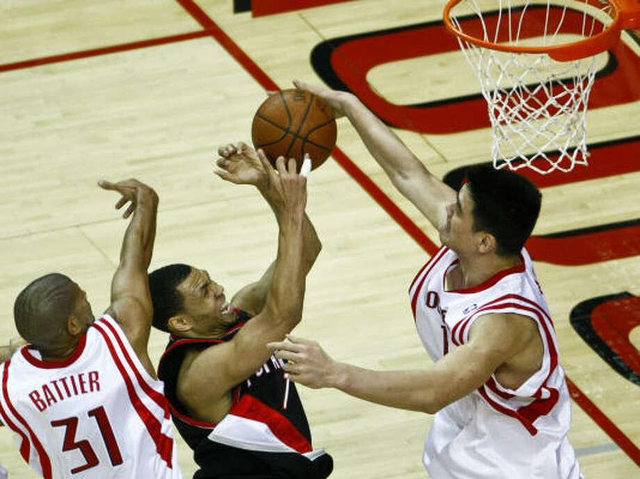 Defensa: el esfuerzo conjunto del chino Yao Ming y de Shane Battier evita que Brandon Roy llegue a la canasta, en una jugada que refleja la clave para los Rockets en esta serie contra los Trail Blazers de Portland. Photo: Michael Paulsen, Houston Chronicle