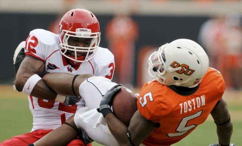 UH is allowing 21.0 points and 348.5 yards per game, compared to 30.8 and 413.5 last season. Photo: Brody Schmidt, AP