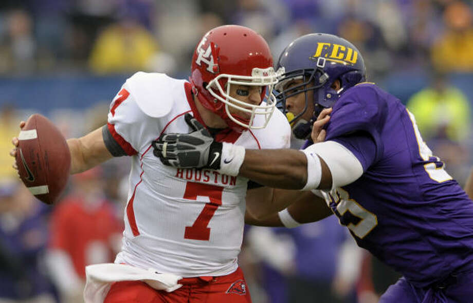 UH quarterback Case Keenum (7) completed 56 of 75 passes for 527 yards against Scotty Robinson, right, and East Carolina. Photo: Sara D. Davis, Associated Press