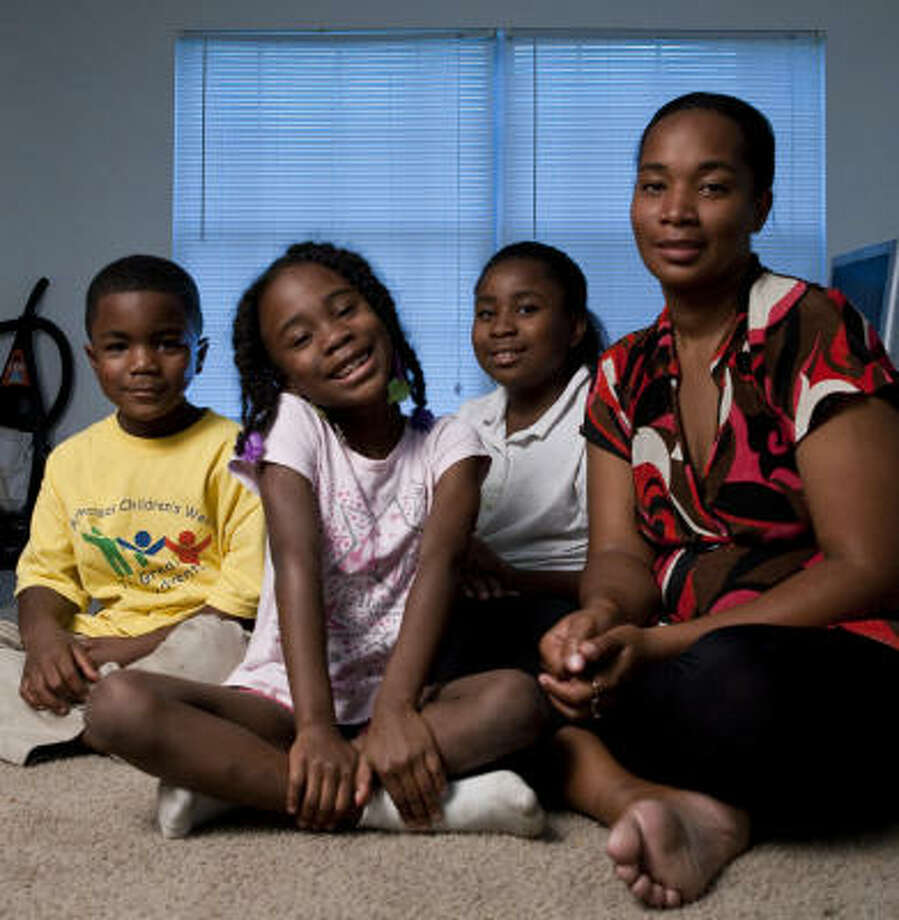 Kizzie Sherrod and her kids: 6-year-olds Kenlysias, left, and Kaniyla Hill, and Keniya Hill, 10. All three have asthma. Photo: Nathan Lindstrom, Chronicle