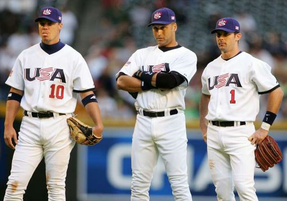 Chipper Jones (izq.), Derrek Jetter (centro) y Michael Young, durante un juego ante Canadá, en el Clásico Mundial de 2006, en el Chase Field de Phoenix, Arizona. Photo: Jed Jacobsohn, Getty Images