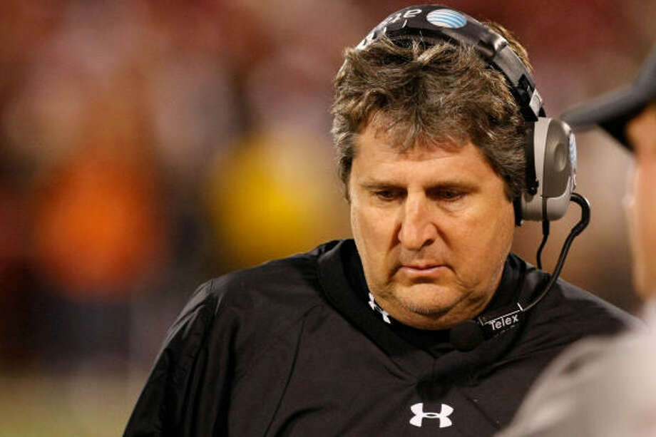 Mike Leach, one of the most intelligent coaches in the country, made several not-so-smart moves in recent weeks. Photo: Nick De La Torre, Chronicle