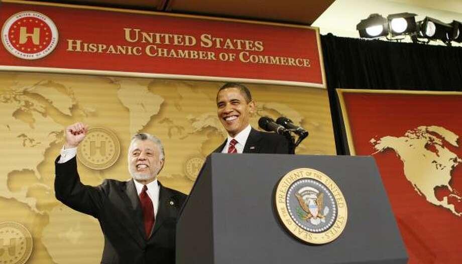 Mensaje urgente: David C. Lizárraga, presidente de la Cámara de Comercio Hispana, presenta al presidente Barack Obama, quien esbozó ante ese foro su planes de reforma educativa. Photo: Charles Dharapak, AP
