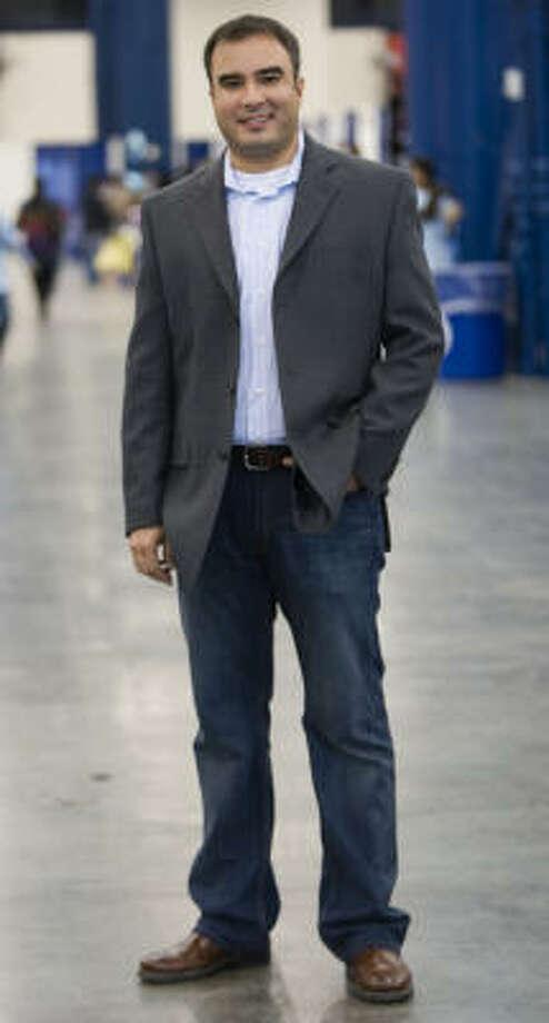 Camisa de Calvin Klein (120 dólares), saco de  Calvin Klein  (250 dólares), jeans de Tommy Bahama (140 dólares), zapatos de Ecco (140 dólares). TOTAL: 650 dólares. Photo: Brett Coomer, La Vibra