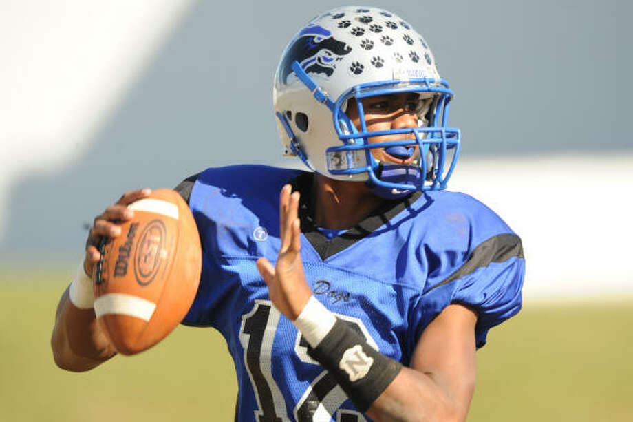 Chavez quarterback Andre Kelly has already reached the 2,000-yard passing mark this season. Photo: Ronnie Montgomery, For The Chronicle