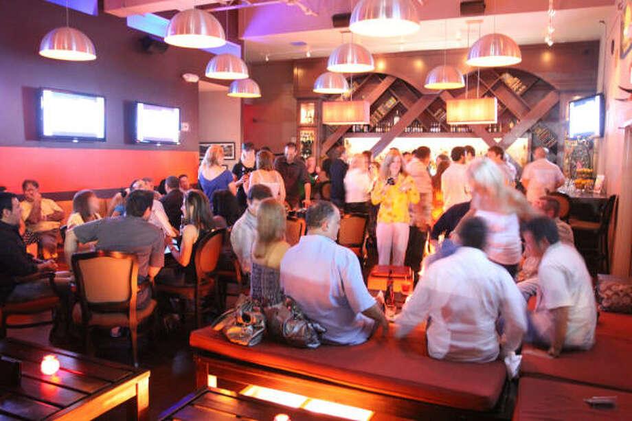 En las noches de los fines de semana el Next Door bar está lleno de gente que rebosa energía. Photo: Bill Olive, Para La Voz