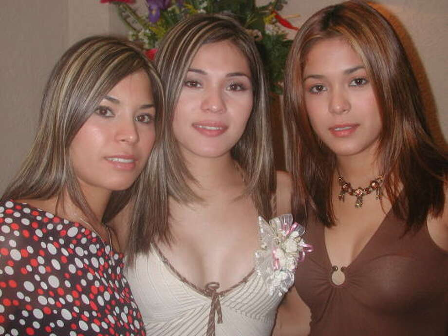 Natlleli, Mayra and Ericka Sebastián Velázquez, at a Monterrey restaurant in 2003, are in federal prison for smuggling. Photo: Agencia Reforma
