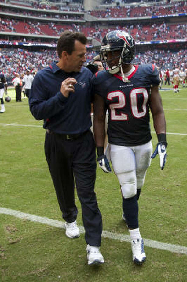 Texans running back Steve Slaton, right, has gone three straight games without a fumble. Photo: Smiley N. Pool, Houston Chronicle
