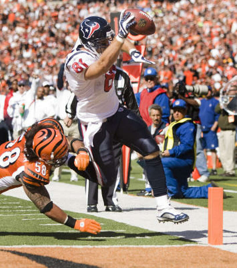 Among NFL tight ends, Houston's Owen Daniels, right, is tied for second with four touchdown receptions, including this one in the first quarter of Sunday's 28-17 win over the Cincinnati Bengals. Photo: Brett Coomer, Chronicle