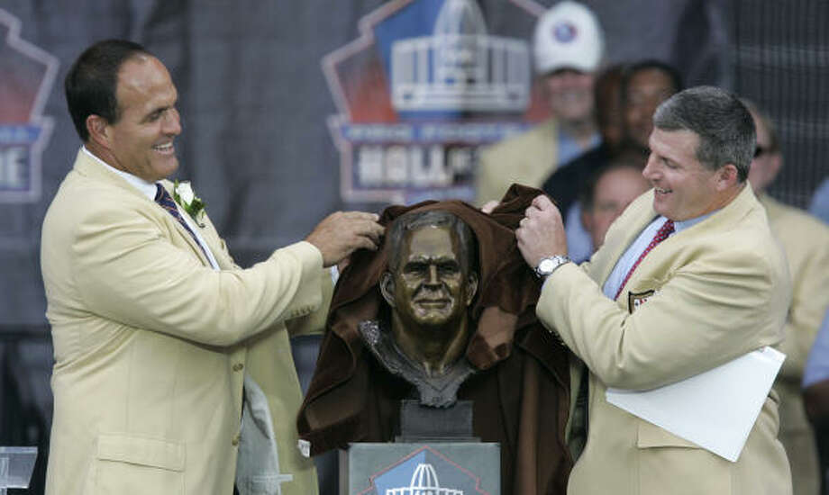 Bruce Matthews, left, and his presenter Mike Munchak unveil a bust of Matthews at the Pro Football Hall of Fame in 2007. Photo: AP FILE