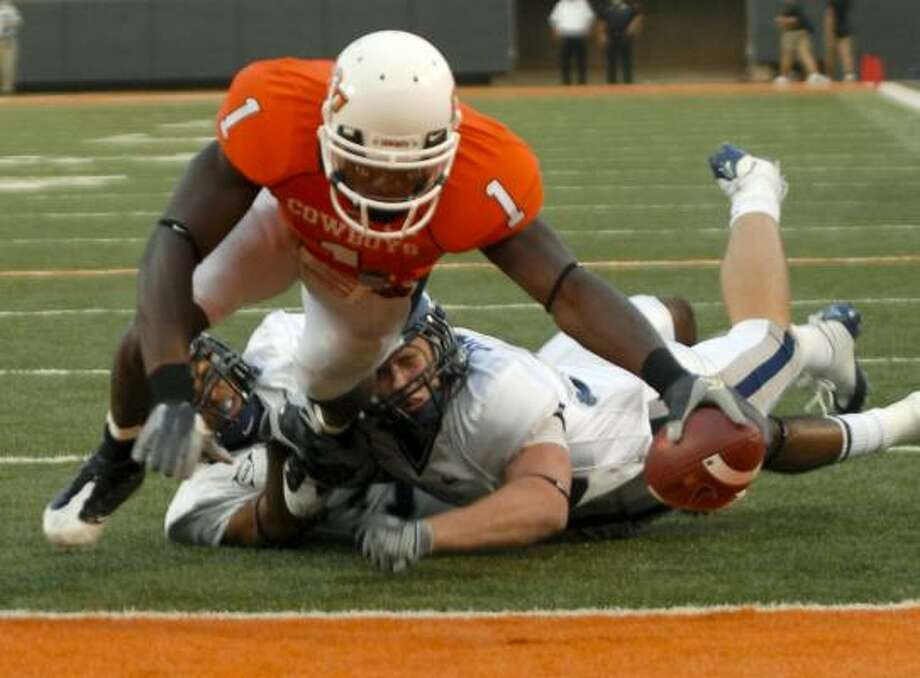 Oklahoma State's Dez Bryant beats Rice defenders for a first-half touchdown. Photo: Brody Schmidt, AP