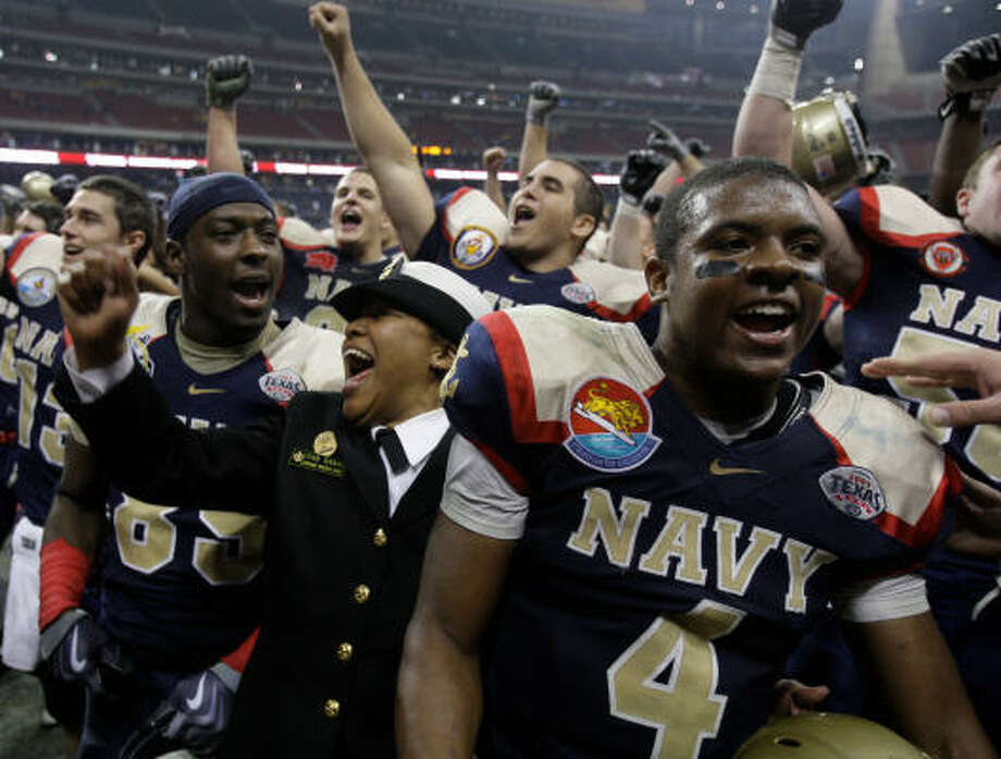 The Midshipmen celebrate their win in the fourth edition of the Texas Bowl at Reliant Stadium. Photo: Melissa Phillip, Chronicle