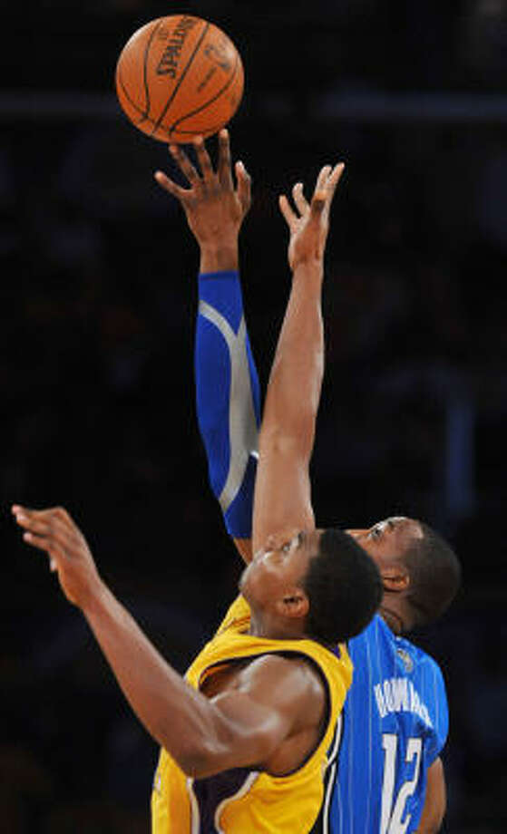 Los Angeles Lakers' Andrew Bynum and Orlando Magic's Dwight Howard battle for the ball in the first half during Game 1 of the NBA Finals at the Staples Center in Los Angeles. Photo: MICHAEL GOULDING, MCT