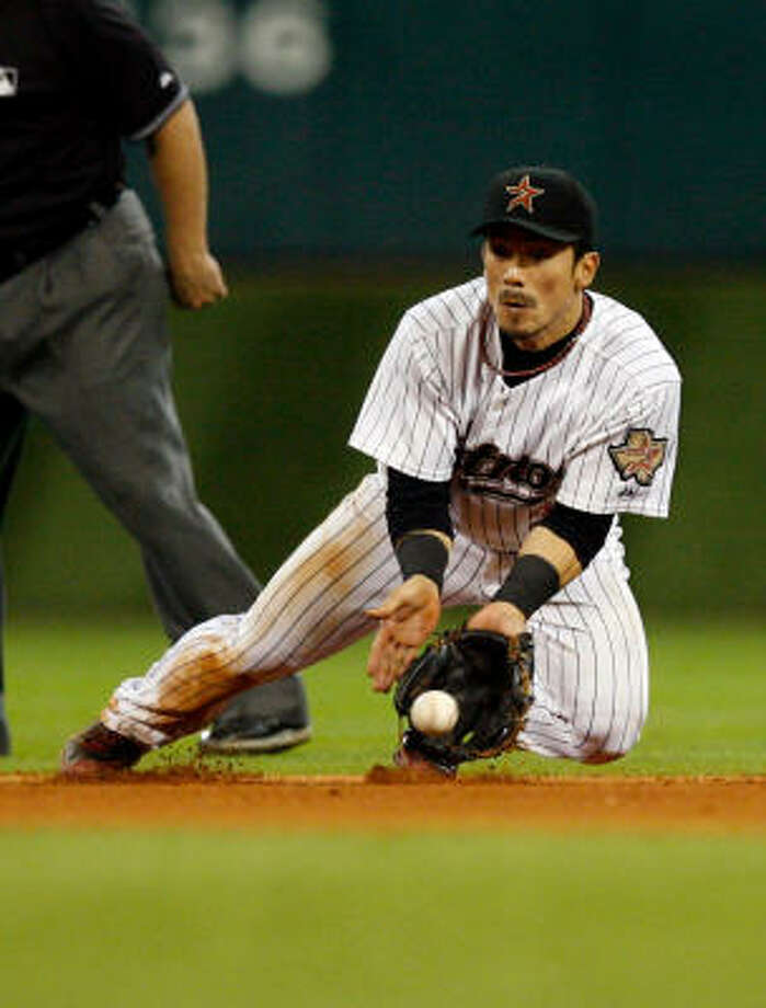Kazuo Matsui makes a play from his knees to throw out Atlanta's Nate McLouth in the fifth inning. Photo: Johnny Hanson, Chronicle