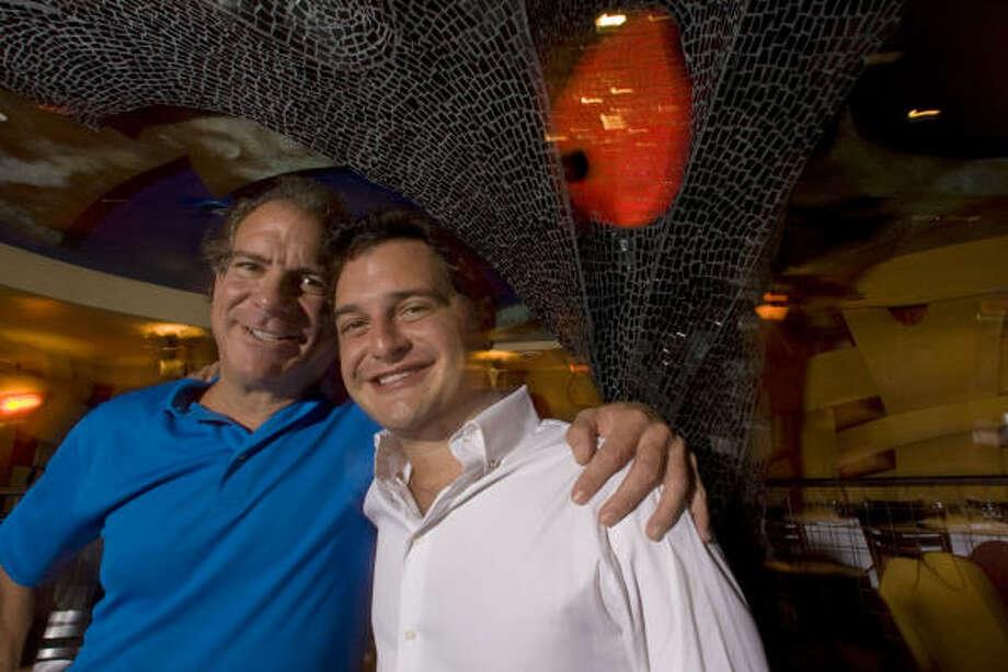 Michael Cordúa, izq., dueño de varios restaurantes, dice que se siente orgulloso de su hijo David, der., y de sus hijas Michelle, Elisa y Cristina. Photo: Johnny Hanson, La Voz