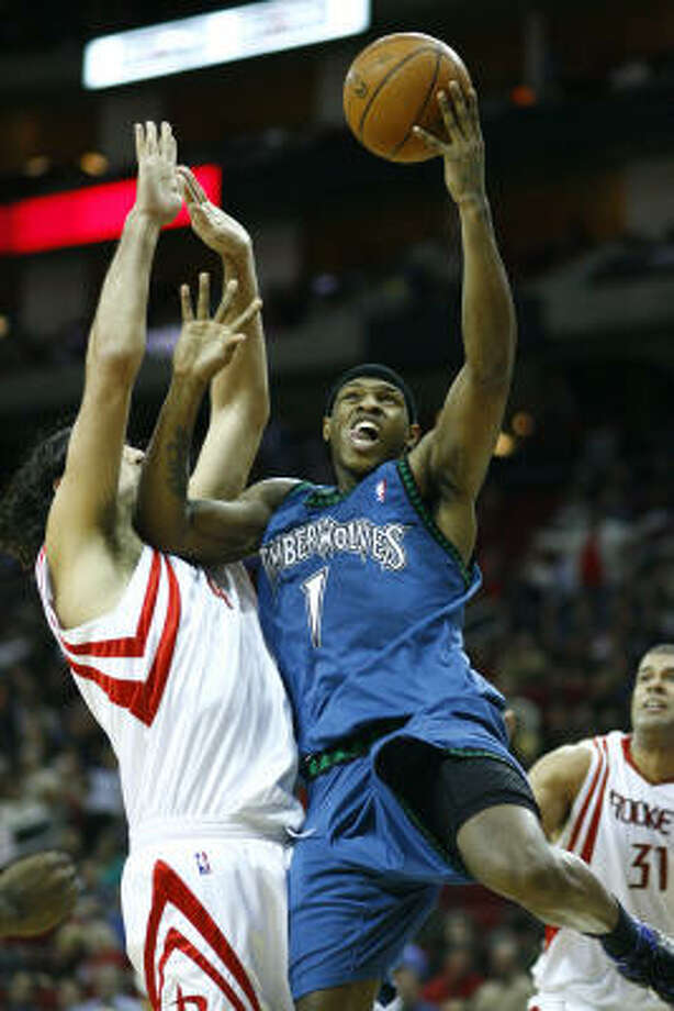 Timberwolves guard Rashad McCants drives on the Rockets' Luis Scola at Toyota Center on Jan. 11, 2008. Photo: Nick De La Torre, Chronicle
