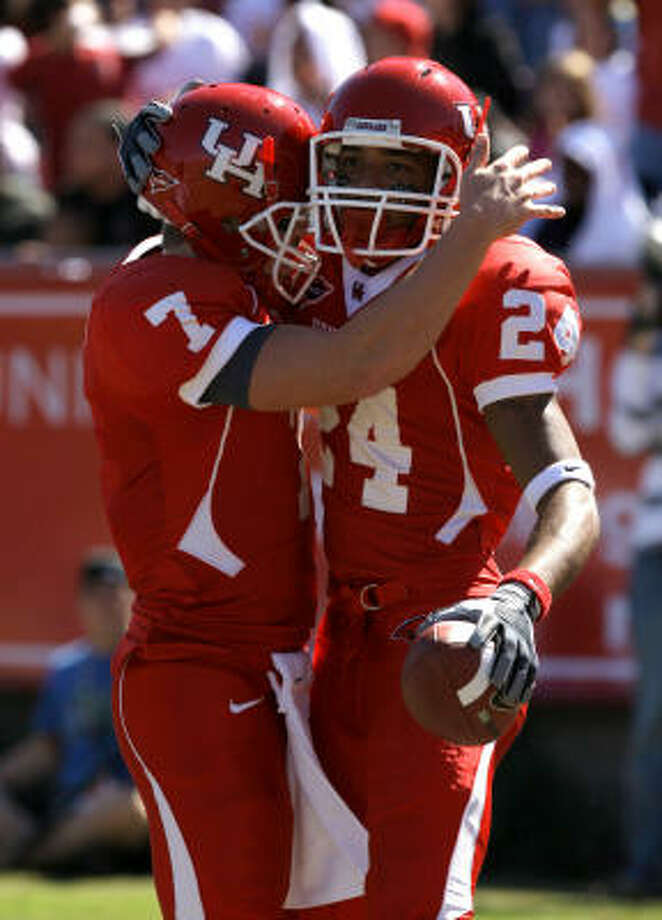 UH quarterback Case Keenum, left, celebrates one of his five touchdown passes with Tim Monroe, who scored on the 55-yard pass play. Photo: Melissa Phillip, Chronicle