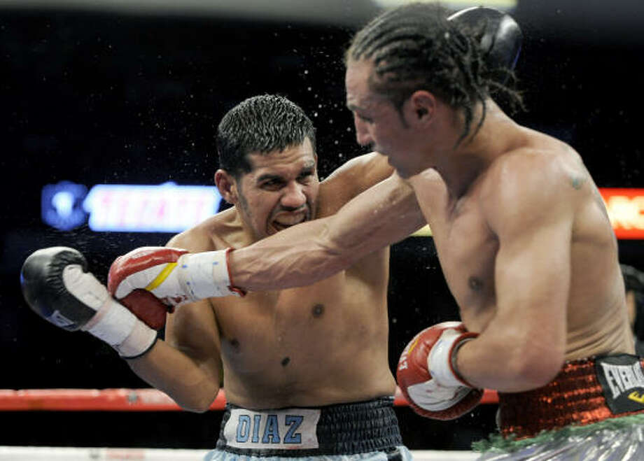 Paulie Malignaggi right, fights Juan Diaz in a NABO Junior Welterweight World Championship match in Chicago. Photo: Paul Beaty, AP