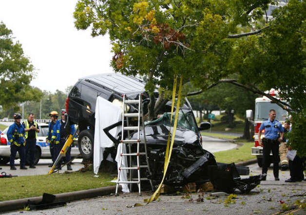 Oct. 29, 2009Emergency workers respond to a fatality crash on Allen Parkway that killed Houston attorney John O'Quinn  and Johnny Lee Cutliff, O'Quinn's employee. Police said O'Quinn was exceeding the 40 mph speed limit when his Chevrolet Suburban hit a tree in the 1900 block near Taft.  Photo: Nick De La Torre, Houston Chronicle