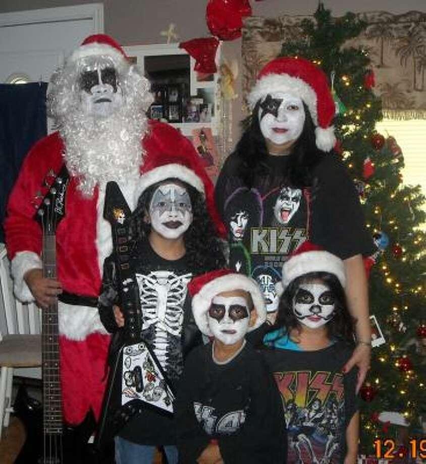 MERRY KISS-MAS FROM THE GONZALES FAMILY! Photo: Dmmg777, Chron.commons