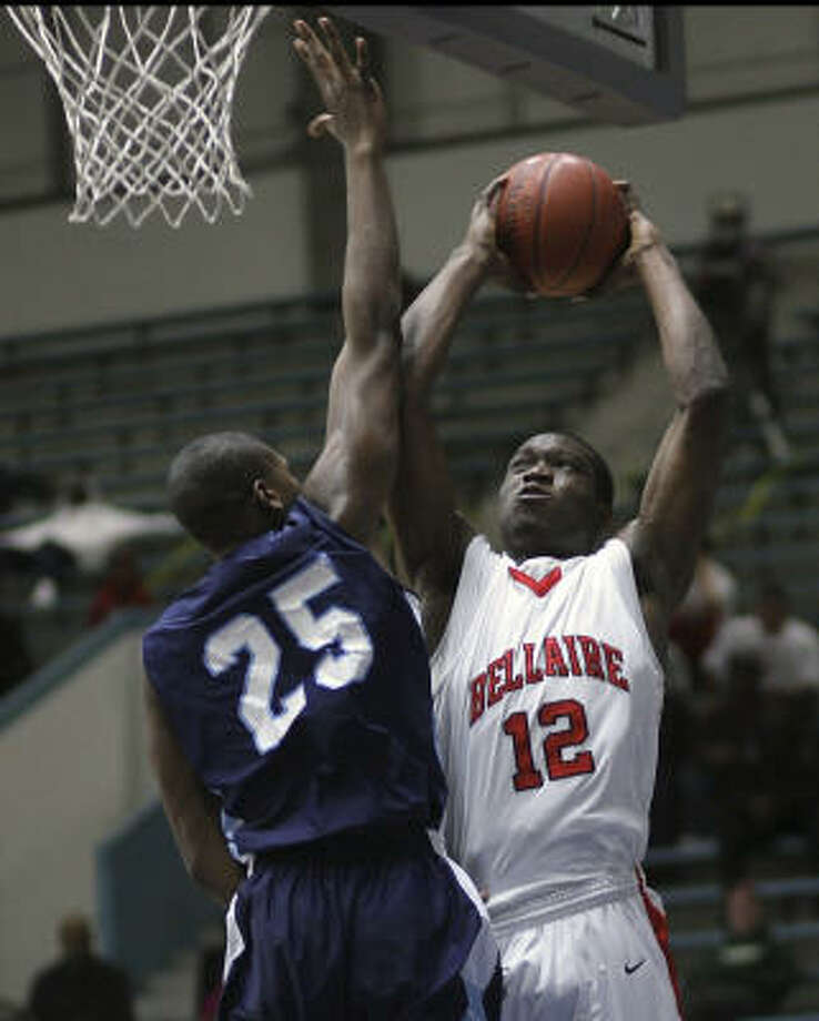 Bellaire's Ken Anyigbo, right, drives to the basket over Elsik's Joshua Cleveland during the championship game of the HISD basketball tournament. Photo: Bob Levey, For The Chronicle