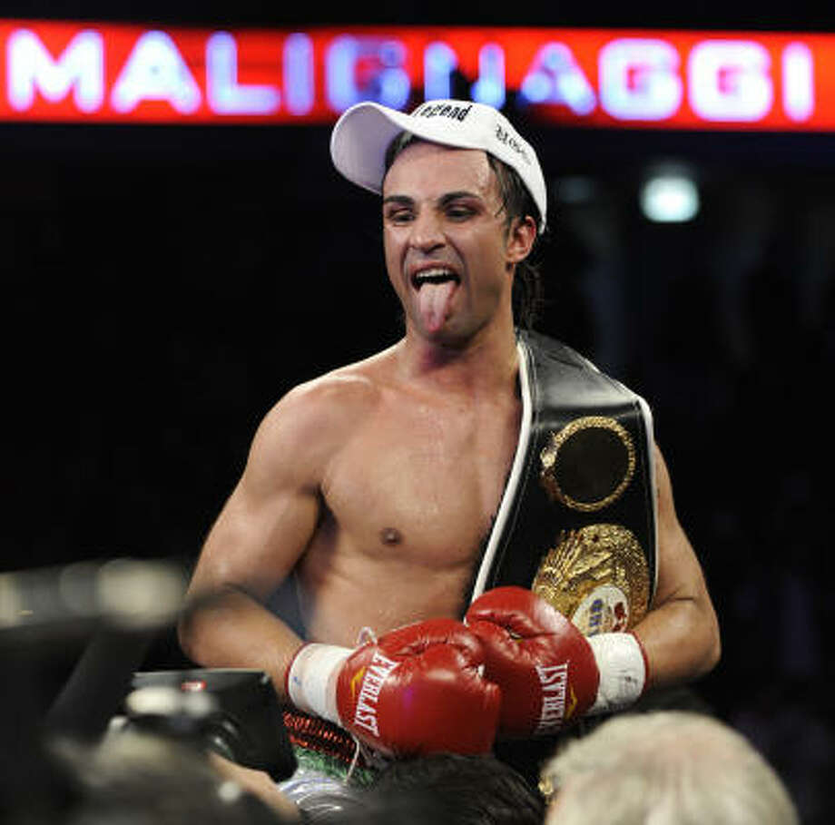 Paulie Malignaggi celebrates after defeating Juan Diaz to claim the NABO junior welterweight title Saturday night in Chicago. Photo: Paul Beaty, AP