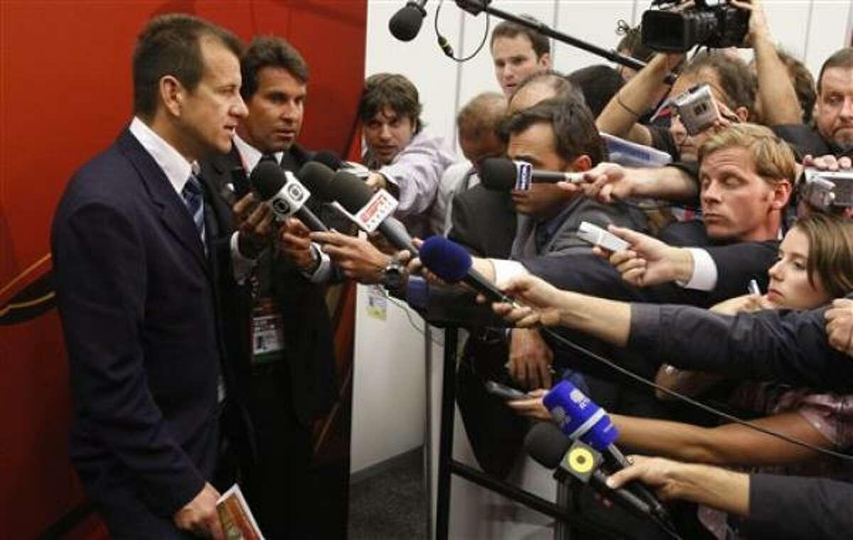 Dunga, izquierda, técnico de la selección brasileña, conversa con reporteros el viernes 4 de diciembre del 2009 en Ciudad de Cabo, Sudáfrica.